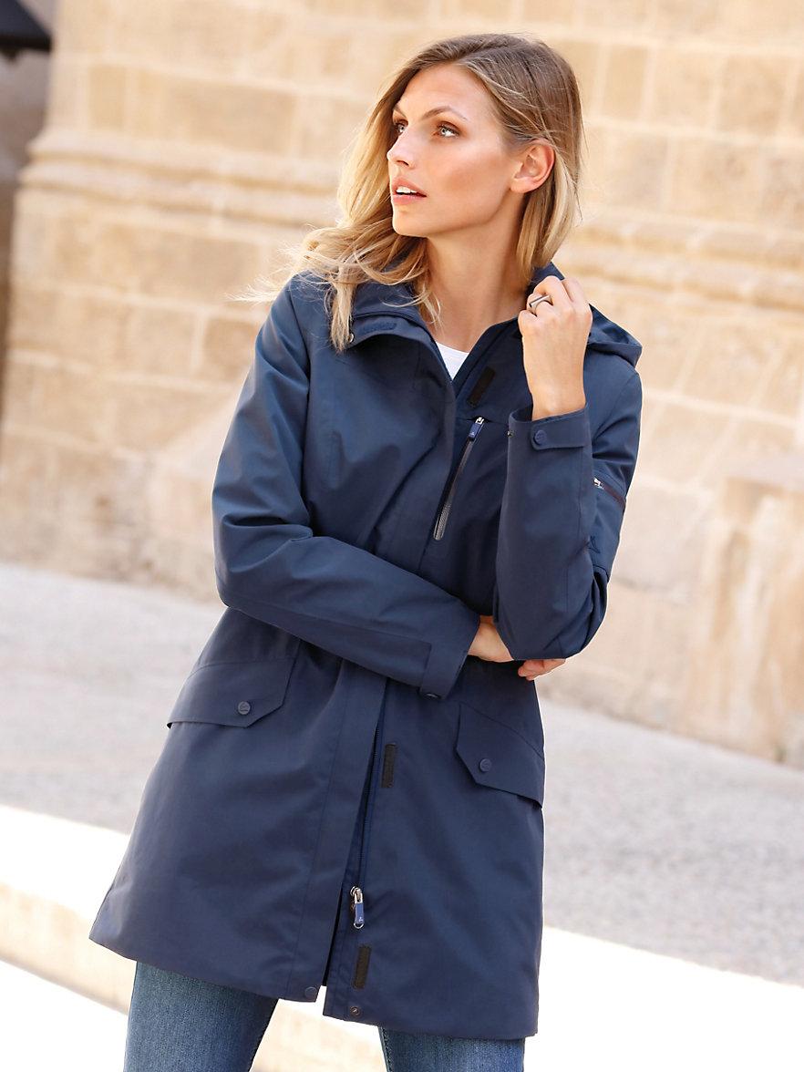 Lang jakke. Lang jakke fra Zizzi. Denne jakke er lang med lommer, lynlås og knapper. Den har en høj hals der skærmer godt for vind og vejr. Jakken har et let polyfyld der virker varmt og åndbart.